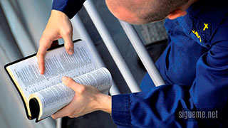 Hombre leyendo la Biblia Dios Habla Hoy