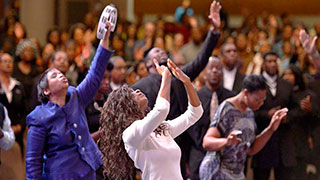 Cristianos adorando a Dios levantando las manos