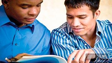 Dos jovenes cristianos leyendo la Biblia