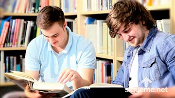 Dos jovenes cristianos estudiando en una biblioteca