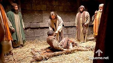 Jesus sana a un paralitico que es llevado por cuatro amigos