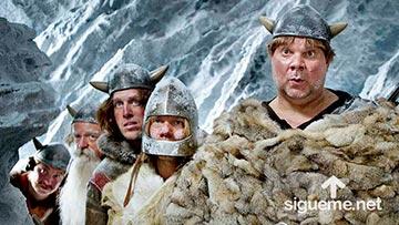 Varios vikingos miran sorprendidos y temerosos