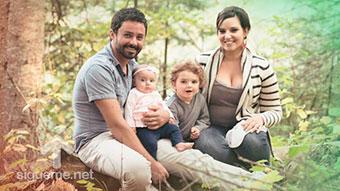Familia cristiana sonriendo al aire libre
