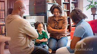 Familia reunida para orar a Dios