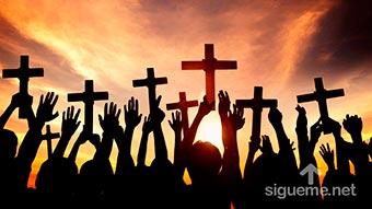 Generacion de jovenes cristianos con cruces en sus manos
