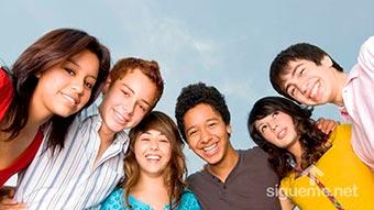 Grupo de Adolescentes cristianos sonriendo