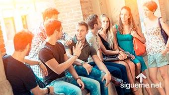 Grupo de amigos cristianos hablando entre si