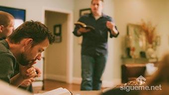 grupo de discipulado cristiano estudiando la Biblia