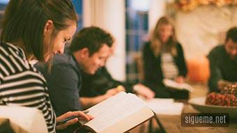 Grupo de discipulado cristiano reunidos en casas