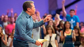 Apostol Guillermo Maldonado predicando a jovenes cristianos en su iglesia