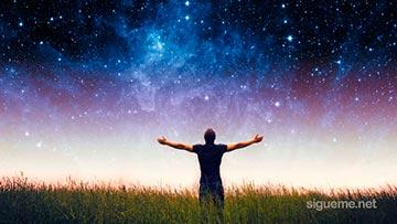 Hombre contempla extasiado el universo