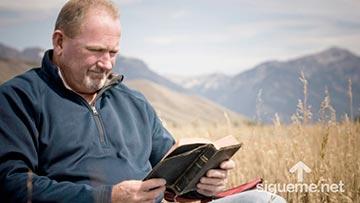Hombre cristiano estudiando la Biblia