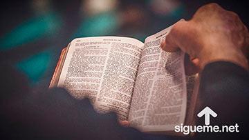 Hombre cristiano leyendo la biblia abierta