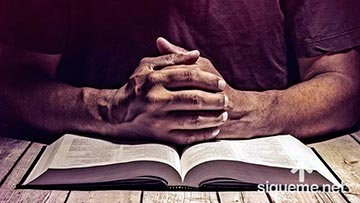 Hombre cristiano leyendo la Biblia, inspirada por el Espiritu Santo