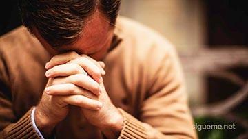 Hombre cristiano orando a Dios