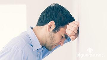 Hombre preocupado por los problemas de la vida