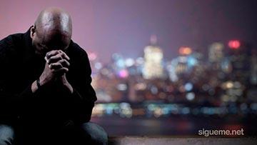 Hombre dando su vida a Dios en oracion y ruego