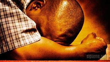 Hombre postrado, orando quebrantado espiritualmente ante Dios