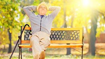 Hombre sentado en un banco en la plaza tranquilo