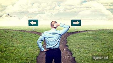 Hombre tomando la decision por cual camino seguir
