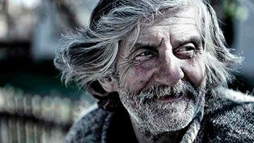 Hombre con vestiduras viejas
