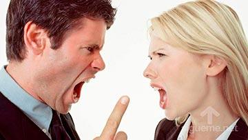 Un hombre y una mujer discuten intensamente con odio y resentimiento