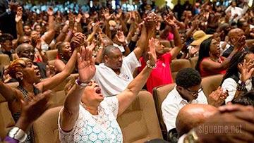Una multitud de creyentes cristianos adorando en la iglesia