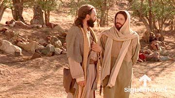 Jesus camina junto a Juan, el discipulo amado