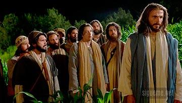 Jesus caminando junto a sus discipulos