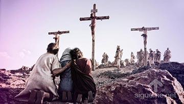 Jesus en la cruz del calvario junto a Maria y sus dicipulos
