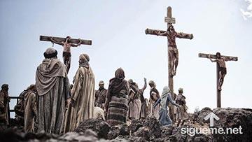 Jesus es crucificado junto a dos ladrones