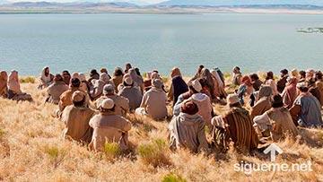 Una multitud escucha el mensaje de Dios a través de Jesus