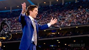 El Pastor Joel Osteen predicando en el  Dodger Stadium