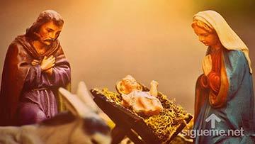 José y María junto al niño Jesús en el pesebre en Belén