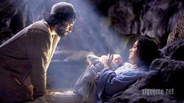 Jose y Maria junto al niño Jesus en el pesebre de Navidad