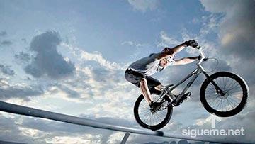Joven Biker equilibrista