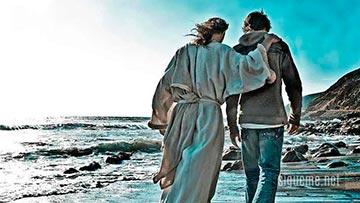 Jesus camina junto a un joven abrazandolo