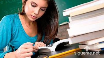 Joven cristiana estudiando