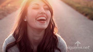 Joven cristiana sonriendo al amanecer