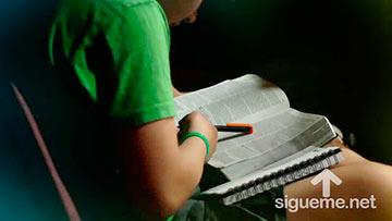 Joven Cristiano leyendo la Biblia, descubriendo los tesoros de la Palabra de Dios