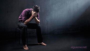 Joven triste, desilucionado, abatido y desanimado