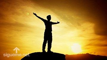 Joven alza su voz al cielo