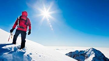 Joven en la cumbre de la montaña