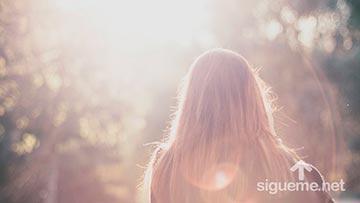 Joven mirando al horizonte, al amanecer de un nuevo dia