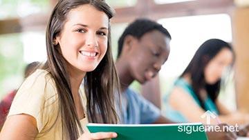 Joven estudiante cristiana sonrie
