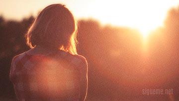 Mujer joven, mirando el amanecer