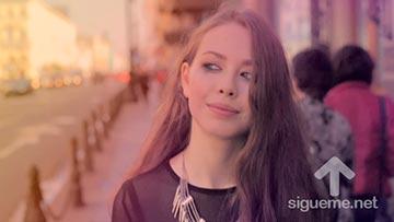 Mujer joven caminando y reflexionando sobre el perdon