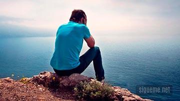 Joven frente al Mar preocupado