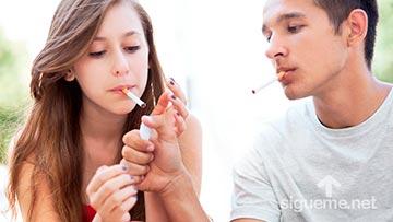Dos adolescentes fumando cigarrillos