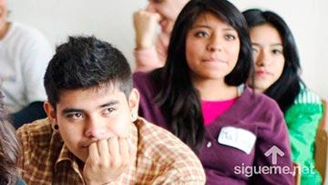 jovenes cristianos prestando atencion en una clase biblica